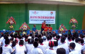 Giao lưu truyền thông sức khoẻ sinh sản vị thành niên được tổ chức tại các nhà trường là hoạt động có ý nghĩa tích cực nhằm nâng cao nhận thức về sức khoẻ sinh sản, giới tính cho trẻ. Ảnh chụp tại trường THCS Lê Quý Đôn (TP Hoà Bình).