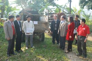 Lãnh đạo UBKT Tinh ủy, Hội CTĐ tỉnh, huyện Lương Sơn chứng kiến lễ giao bò giống cho các hộ gia đình có hoàn cảnh đặc biệt khó khăn của xã Hợp Thanh.