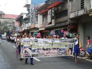 Trên 3.000 người dân thị trấn Lúc Ban tỉnh Que Zôn - Philippin diễu hành quyên góp ủng hộ nạn nhân bão HaiYan ngày 6/12/2013.