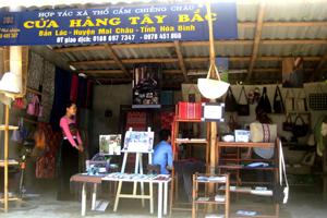 Cửa hàng trưng bày, giới thiệu sản phẩm của HTX dệt thổ cẩm Chiềng Châu tại bản Lác, thu hút sự chú ý của du khách.