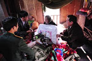 Đoàn tình nguyện tặng quà cho các hộ gia đình chính sách, hộ nghèo trên địa bàn xã Đồng Nghê (Đà Bắc).