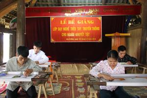 Học viên người khuyết tật thi tay nghề tại lễ bế giảng.