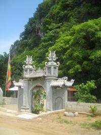 Di tích Đền Niệm nằm dưới chân núi Niệm đã được công nhận là Di tích lịch sử văn hoá cấp tỉnh năm 2011, từ lâu đã gắn với yếu tố tâm linh của mảnh đất Lạc Thuỷ giàu bản sắc.