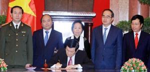 Chủ tịch nước Trương Tấn Sang ký Lệnh công bố Hiến pháp. Ảnh: NGUYỄN KHANG (TTXVN)