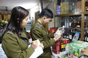 Đội QLTT số 1 kiểm tra rượu nếp và các loại rượu khác nhưng không phát hiện loại rượu nhãn hiệu 29 Hà Nội.