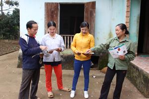 Cộng đồng dân cư hưởng lợi xã Phúc Tiến (Kỳ Sơn) bàn bạc, lựa chọn công trình nhà tiêu HVS phù hợp.
