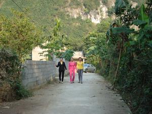 Đường liên thôn ở Hoàng Đồng (Khoan Dụ - Lạc Thủy) được nhân dân đóng góp xây dựng khang trang, sạch đẹp.