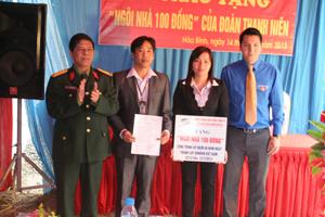 """Lãnh đạo Công ty Viettel trao tặng """"Ngôi nhà 100 đồng"""" cho đồng chí Lê Đức Phong."""