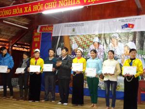 Lãnh đạo UBND huyện Tân Lạc trao giấy chứng nhận đã qua khóa đào tạo kinh doanh lưu trú du lịch tại nhà dân cho các học viên.