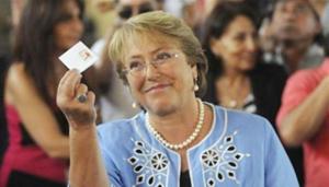 Bà Michelle Bachelet giơ cao lá phiếu của mình trong cuộc bầu cử Tổng thống Chile, tại Santiago, Chile, ngày 15-12-2013. (Ảnh: Reuters)