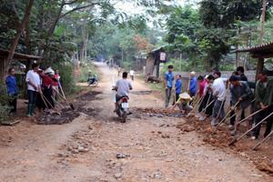 Nông dân xã Tân Lập (Lạc Sơn) đóng góp ngày công  tu sửa hạ tầng giao thông nông thôn.