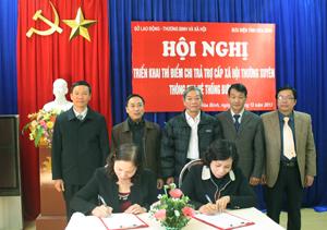 Lãnh đạo Bưu điện tỉnh và Phòng LĐ-TB&XH thành phố Hoà Bình ký kết hợp đồng chi trả trợ cấp BTXH hàng tháng qua đơn vị cung cấp dịch vụ bưu điện, bưu cục.