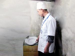 Nghiệm thu công trình nhà tiêu đạt tiêu chuẩn tại địa bàn các xã hưởng lợi huyện Cao Phong.