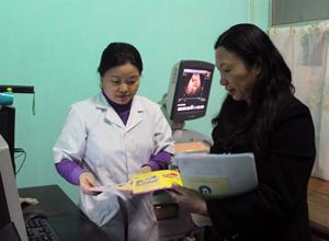 Đoàn tiến hành kiểm tra và cấp phát tờ rơi tuyên truyền tại phòng khám bác sỹ Phùng Thị Loan.