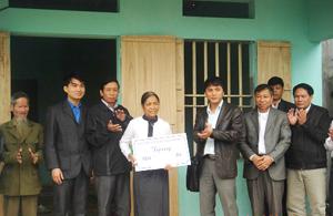 Đại diện lãnh đạo huyện Kim Bôi, Hội LHTN huyện và doanh nghiệp tại lễ bàn giao nhà cho bà Bùi Thị Thanh.