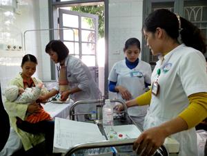 Các y, bác sỹ Khoa nhi (Bệnh viện Đa khoa tỉnh) điều trị cho trẻ nhiễm trùng hô hấp bị kháng thuốc do cha mẹ tự ý mua, sử dụng thuốc tại nhà.