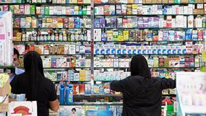 Người Trung Quốc đến mua thuốc đặc trị tại các nhà thuốc ở Hong Kong không cần trình đơn thuốc  - Ảnh: AFP