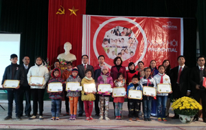 Đại diện Công ty trao học bổng cho học sinh huyện Lạc Thuỷ.