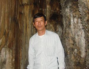 Anh Chiến trong một lần dẫn du khách khám phá Hoa Sơn Thạch Động trên dãy núi Đầu Rồng.
