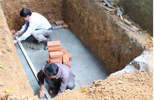 Nhóm thợ xây đang khẩn trương hoàn thiện các công trình nhà tiêu mẫu tại xã Cuối Hạ.