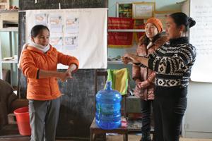 Chị em phụ nữ xã Xuân Phong thực hành rửa tay bằng xà phòng đúng cách.
