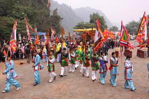 Qua việc tổ chức tốt các lễ hội truyền thống, huyện Lạc Thuỷ đã tạo thêm sức hút cho ngành du lịch. Ảnh: lễ hội chùa Tiên năm 2013 thu hút trên 30 vạn lượt du khách.