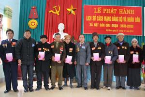 Lãnh đạo xã Nật Sơn trao cuốn lịch sử Đảng bộ và nhân dân xã cho các đảng viên có tuổi Đảng từ 30 năm trở lên.