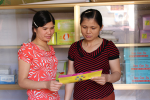 Cán bộ Trung tâm DS/KHHGĐ huyện Kỳ Sơn nghiên cứu tài liệu, trao đổi về truyền thông GDSK cộng đồng.