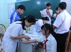 Chi cục DS/KHHGĐ phối hợp tổ chức lấy máu xét nghiệm bệnh tan máu bẩm sinh cho học sinh THCS Đồng Chum (Đà Bắc).