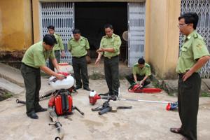 Hạt kiểm lâm huyện Lạc Sơn chuẩn bị dụng cụ, phương tiện cơ giới phục vụ công tác PCCCR mùa hanh khô 2013 – 2014.
