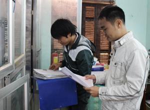 Cán bộ văn phòng đăng ký quyền sử dụng đất huyện Yên Thủy rà soát hồ sơ cấp GCNQSDĐ.
