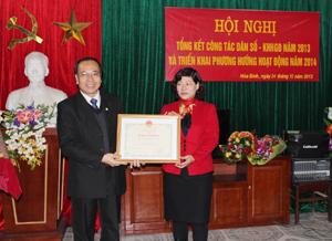 Được uỷ quyền của Bộ trưởng Bộ Y tế, đồng chí Trần Quang Khánh, Giám đốc Sở Y tế trao bằng khen của Bộ Y tế cho Chi cục dân số-KHHGĐ vì đã có những thành tích trong việc thực hiện Pháp lệnh dân số giai đoạn 2003-2013.