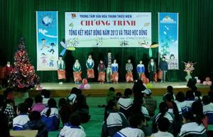 Các em học sinh thuộc dự án có thành tích học tập xuất sắc nhận quà của Trung tâm văn hoá TTN.