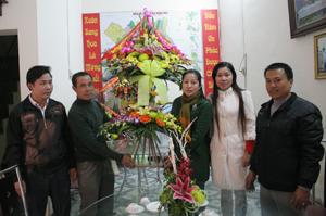 Đoàn công tác tặng hoa của tỉnh chúc mừng lễ Noel Giáo xứ Hoà Bình.