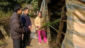 Cán bộ thú y xã Yên Nghiệp (Lạc Sơn) hướng dẫn hộ dân sử dụng các biện pháp bảo vệ đàn gia súc.