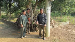 Tự đo đạc theo mốc giới, ông Trần Văn Hạ (người đứng giữa) cho rằng, gia đình ông còn lại 225,3m2 đất đề nghị huyện cấp GCNQSDĐ.