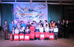 Đại diện lãnh đạo Hội LHTN huyện Tân Lạc trao quà cho học sinh nghèo trên địa bàn xã Trung Hoà.