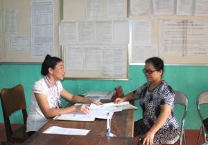 Cán bộ văn phòng UBND thị trấn Bo tận tình hướng dẫn người dân hoàn thiện các văn bản, thủ tục.