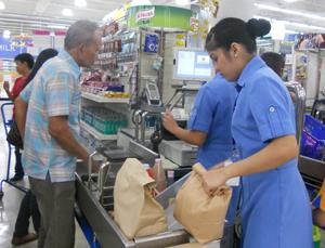Các siêu thị tại thị trấn Lucban,  tỉnh Quezon,  Philippin đều chuẩn bị sẵn túi thân thiện với môi trường để phục vụ khách hàng.