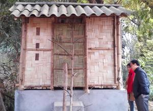 Nghiệm thu nhà tiêu mẫu tại xã Bình Chân (Lạc Sơn).
