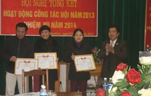 Đồng chí Nguyễn Trung Dũng, Giám đốc sở LĐ – TB&XH tỉnh trao giấy khen cho các tập thể cá nhân làm tốt công tác báo trợ NTT&TMC năm 2013.