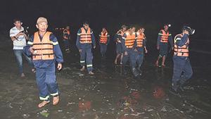 Các lực lượng chức năng khẩn trương triển khai tìm kiếm ngay trong đêm 29-12.