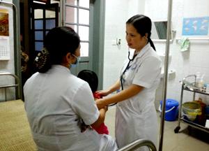 """Các bác sỹ tại phòng khám nhi, Bệnh viện Đa khoa tỉnh khám định kỳ cho trẻ nhiễm """"H""""."""