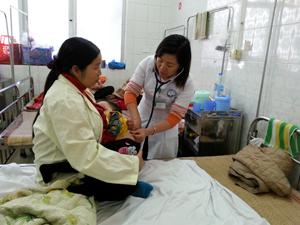 Bác sỹ thăm, khám cho trẻ nhiễm trùng hô hấp điều trị tại Khoa nhi, Bệnh viện Đa khoa tỉnh.