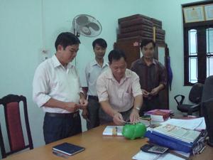 Hưởng ứng phong trào Tiết kiệm theo gương Bác Hồ do Huyện uỷ phát động, CBĐV cơ quan UBKT Huyện uỷ Tân Lạc đã thực hiện việc nuôi lợn nhựa tiết kiệm giúp đỡ người nghèo.