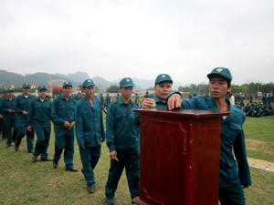 LLVT huyện Lạc Thủy tích cực tham gia các phong trào quyên góp  ủng hộ người nghèo.