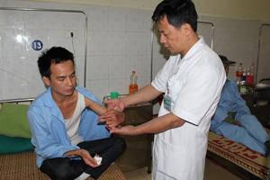 Bàn tay của bệnh nhân Hà Văn Tuấn (xã Piềng Vế) được các thầy thuốc Bệnh viện Đa khoa khu vực Mai Châu phẫu thuật thành công, hiện nay đã hồi phục được trên 70%.