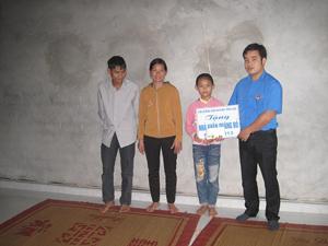 Đại diện Hội đồng Đội huyện Tân Lạc bàn giao nhà Khăn quàng đỏ cho gia đình em Bùi Thị Anh.