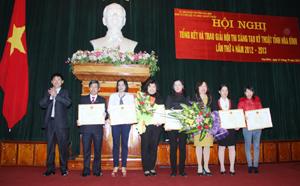 Phạm Thị Ngọc Tú (ngoài cùng bên phải) công nhân Công ty Nghiên cứu kỹ thuật R (phường Hữu Nghị - TPHB) nhận giải 3 tại hội thi sáng tạo kỹ thuật tỉnh năm 2013.
