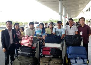 Nạn nhân bão Haiyan người Việt tập trung tại sân bay Manila (Philippin) chuẩn bị về nước.